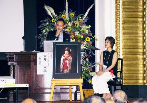 基調講演 II フォトグラフィックオオイ 大井大 氏 演題「一枚の責任」 右側 景子夫人