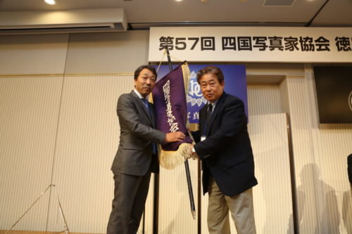 閉会式 徳島から愛媛へ大会旗の引き継ぎ